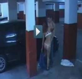 Flagra no estacionamento do prédio.