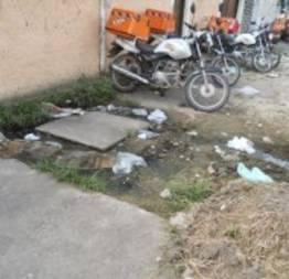 Fossa estourada e motos na calçada