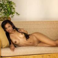 Linda negra magrinha pelada no sofá