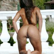 Maravilhosa morena exibindo sua bunda na piscina