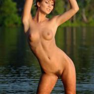 Ruiva de cabelo curto molhadinha no lago