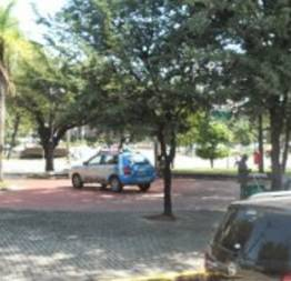 Viatura da polícia estacionada dentro de uma praça