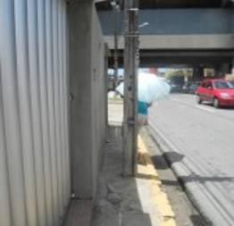 Poste em cima da calçada