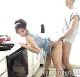 Casada safada trepando na cozinha