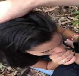 Novinha safada chupando e metendo no mato