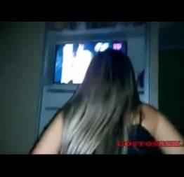 Gostosa pulando na piroca enquanto ver televisão