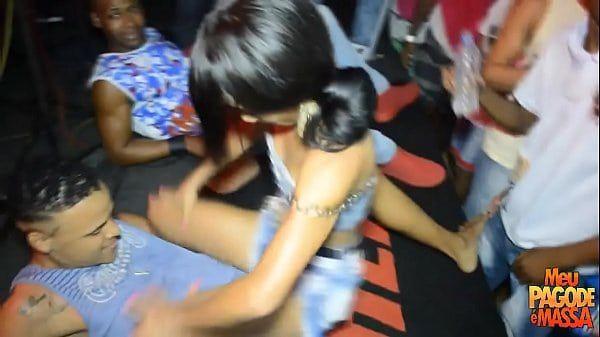 Novinha no baile funk dançando muito