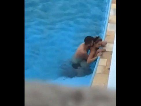 Vizinho safado filmando casal na piscina