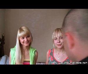 Duas loiras nuas fodendo com o rapaz que as toca - Videos Caseiros Gratis