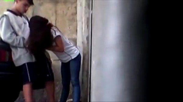 Novinha fazendo boquete na namorado na rua - Novinha Fudendo
