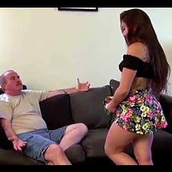 A enteada apareceu de sainha e sem calcinha e pediu para ser enrabada