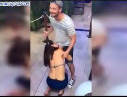 Garota bêbada chupando o namorado no carnaval