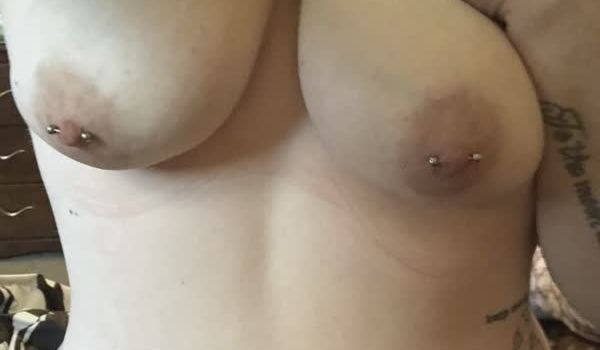 Gordinha tesuda com piercing nos mamilos