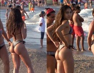 Novinha gostosa ajeitando o biquini na praia