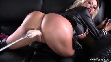 nikita von james é fodida por uma máquina de sexo