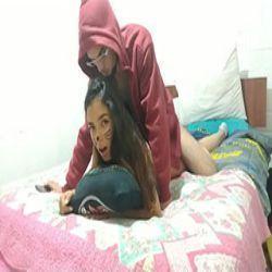 Casal de novinhos fazendo anal em cima da cama dos pais dela