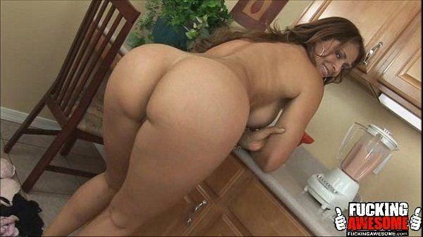 Casal trepando na cozinha veja que bumbum delicioso