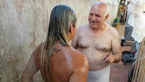 Netinha no banho com o vovô tarado