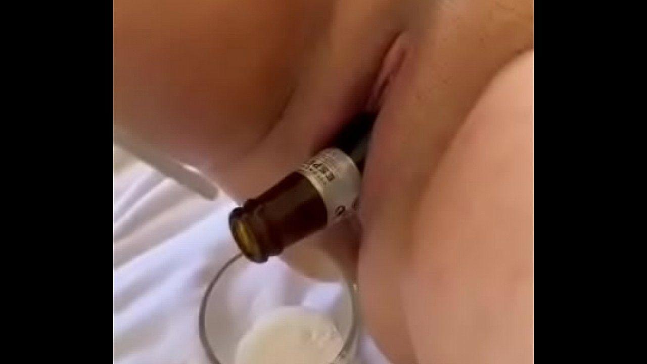 Garrafa de cerveja enfiada na buceta