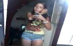 Novinha brasileira mostrando a buceta virgem e filmando no espelho