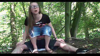 Novinha nerd dando para o amigo no meio do mato