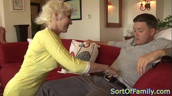 Milf loira de cabelo curto levando pica no sofá