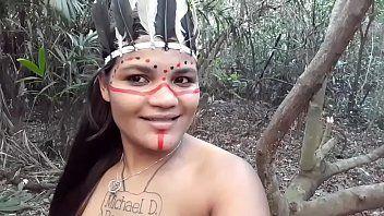 Tarado lascando a pica na índia no meio do mato