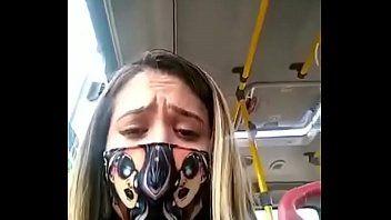 Putinha com tesão gozando no ônibus