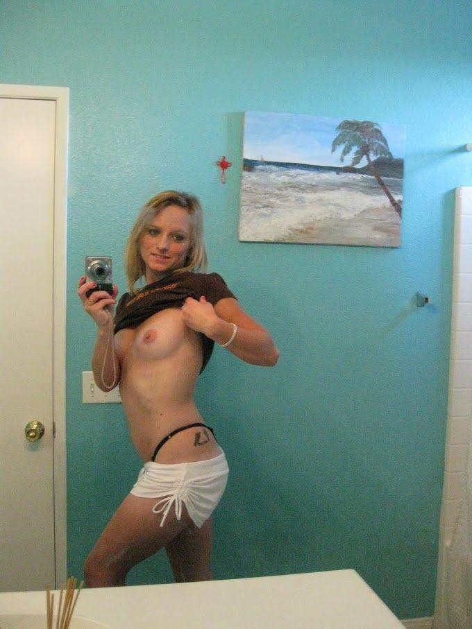 Adolescente loira sexy mostra sua buceta