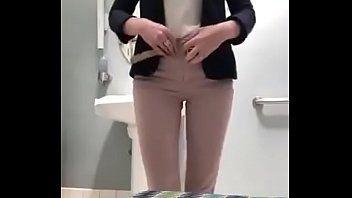Ninfeta levou celular pro banheiro e fez isso acontecer