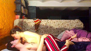 No sofá com a prima namorando ela as escondidas