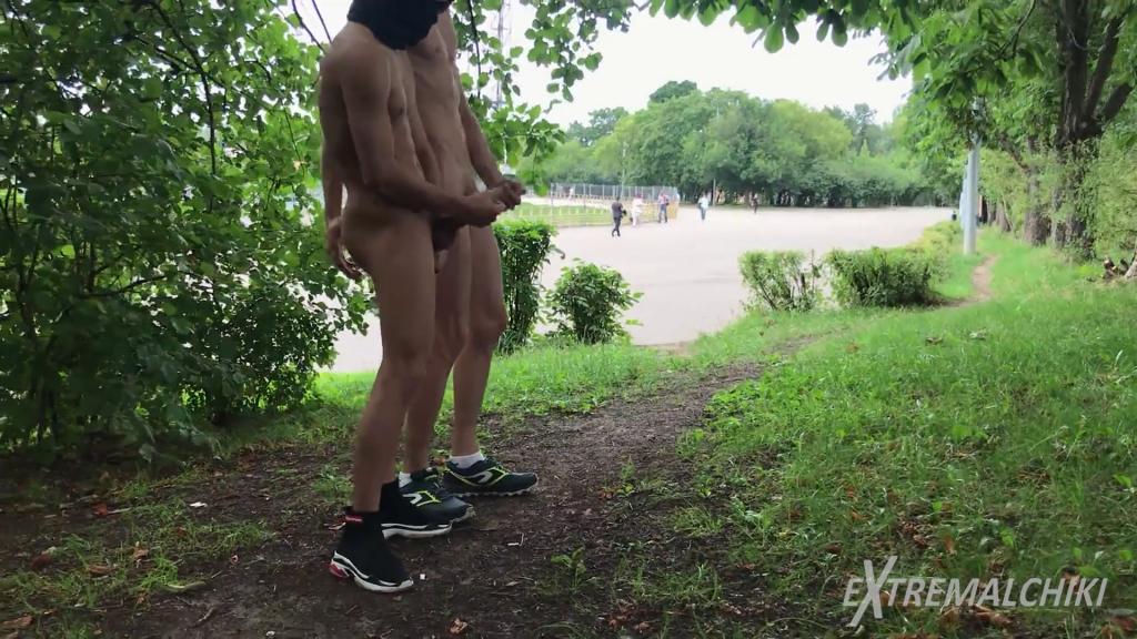 Amigos batendo punheta na pista de caminhada