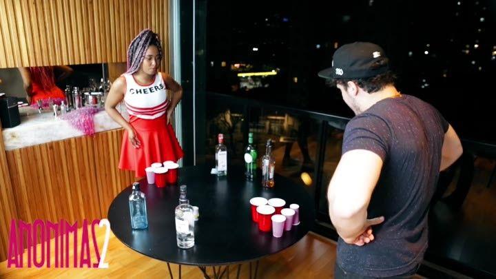 Líder de torcida jogando Strip Pong