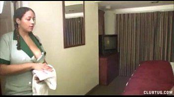 Cliente do hotel joga um xaveco e pega a camareira no quarto