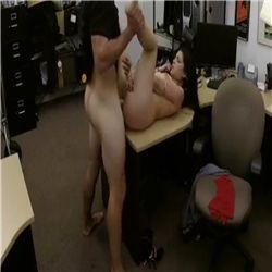 Secretaria metendo com seu patrão encima da mesa de trabalho dele