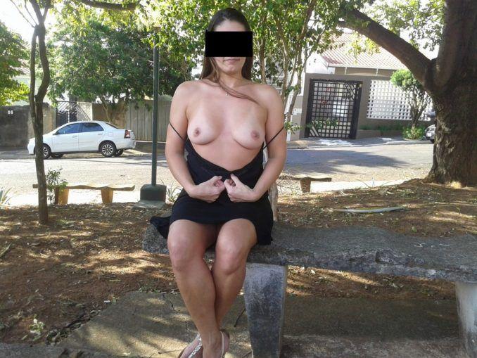 Eu gosto de ver minha esposa pelada na rua exibindo para os homens