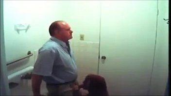 Ganhou um boquete no banheiro da novinha de 18