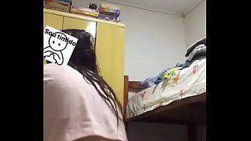 No quarto agradando o namoraod virtual pelo insta
