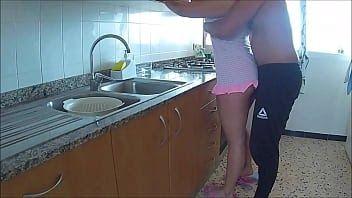 Pegando a esposa do amigo na cozinha
