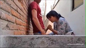 Comendo a vizinha casada escondido enquanto o marido dorme