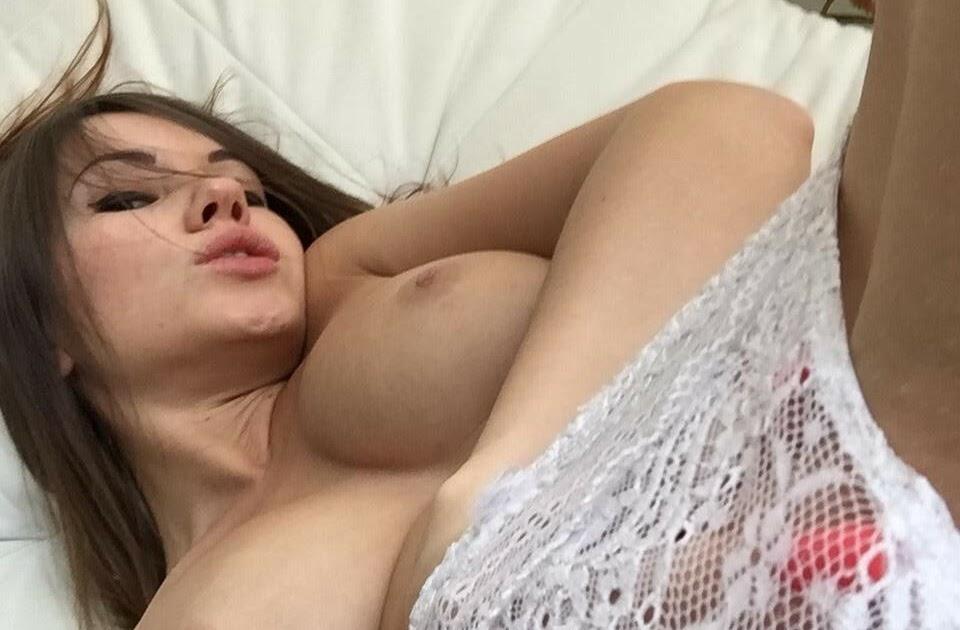 Morena sexy mostra seu corpo muito gostoso