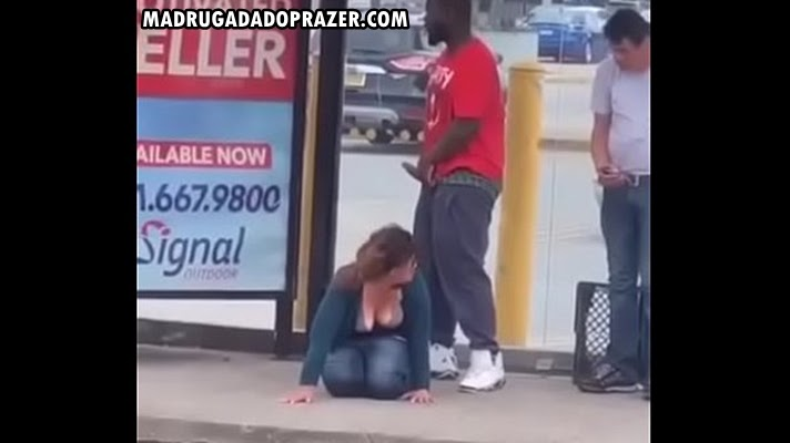 Negão roludo metendo na noiada no meio da rua