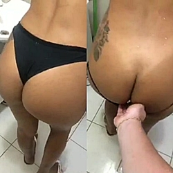Novinha flagrada transando dentro do banheiro