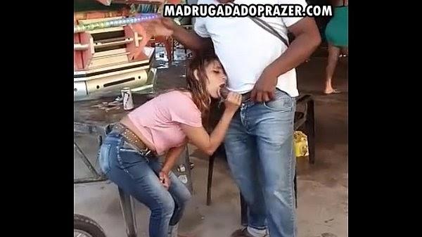 Safada pagando um Boquete pra um Negão na rua