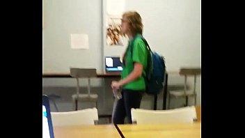 Dotado exibindo a pica na sala de aula - Exhibtionism.com
