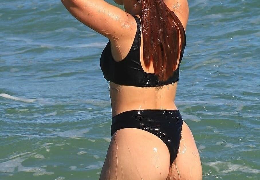 Larissa manoela flagrada de biquíni enfiado na praia