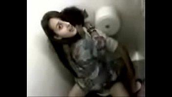 Novinha caiu no whatsapp transando no banheiro