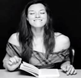 Atriz pornô aparece em vídeo lendo livro enquanto é sexualmente estimulada