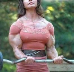Mulher forte dá 15 socos violentos na barriga de um homem