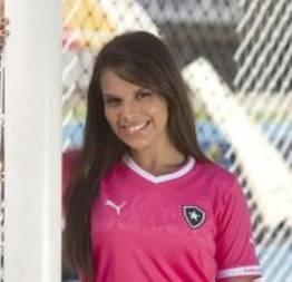 Fernanda Maia, a gandula sexy do Botafogo, apresenta a camisa rosa do time